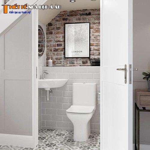 Nhà vệ sinh trong gầm cầu thang