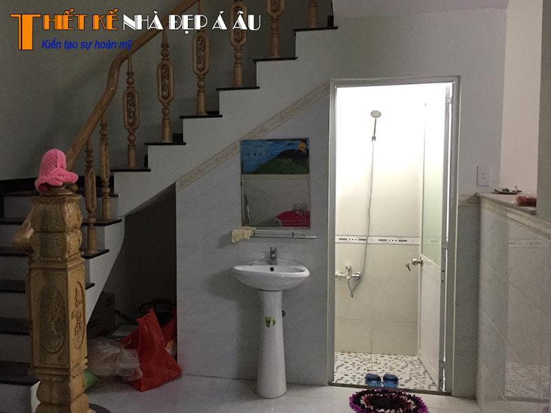 trang trí nhà vệ sinh dưới cầu thang