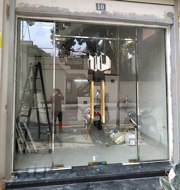 thi công lắp đặt cửa kính shop thời trang