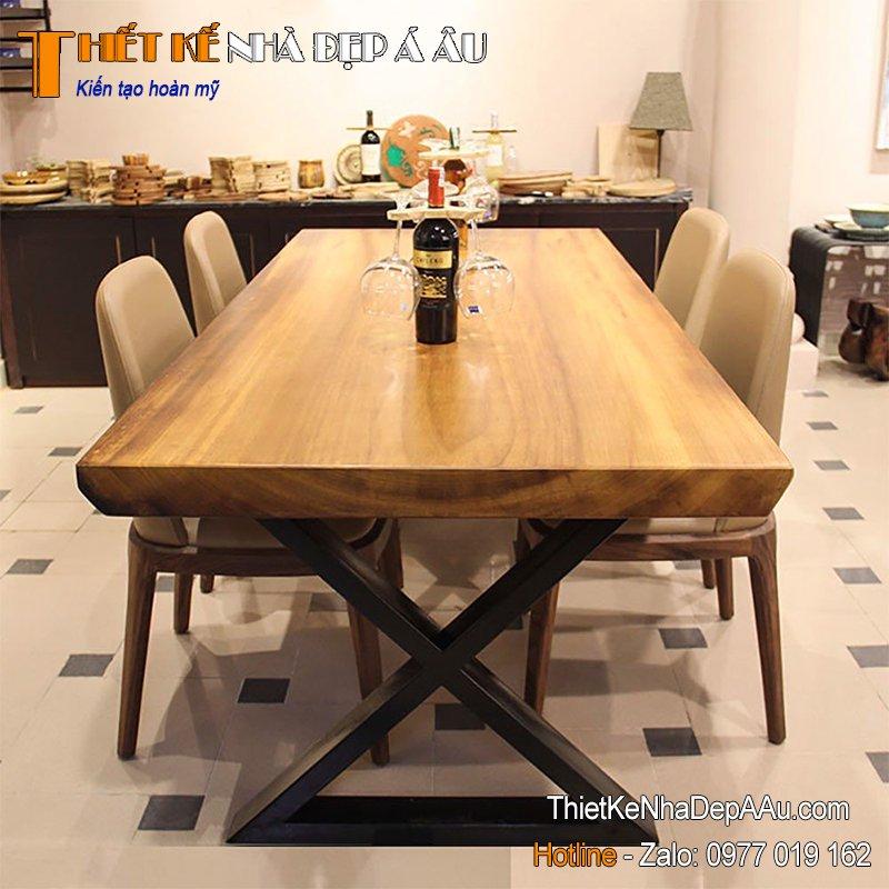 Phòng bếp trang trí bằng bàn gỗ nguyên tấm
