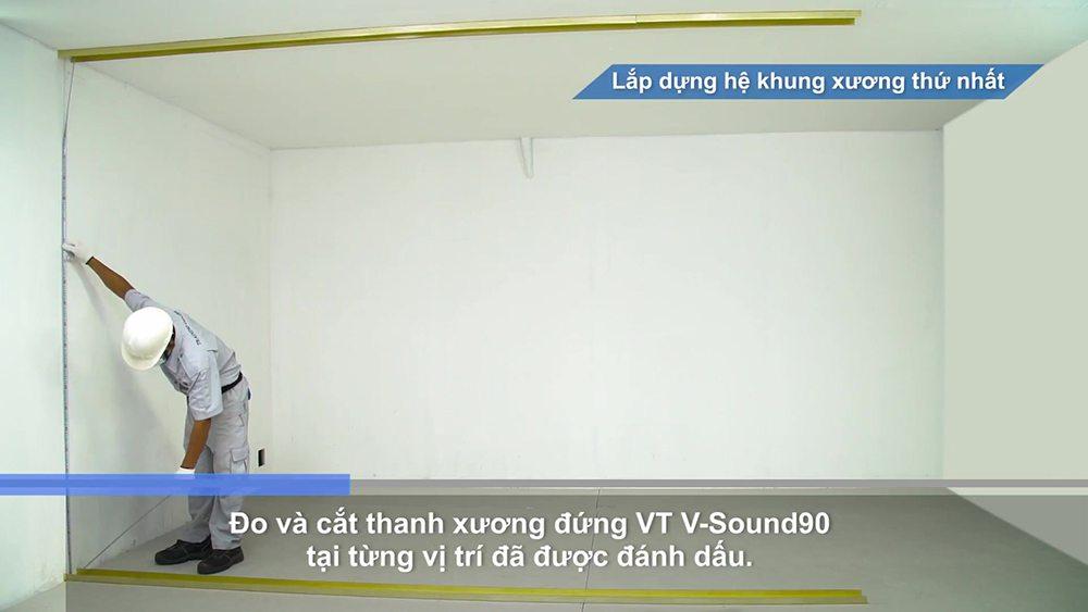 Đo và cắt thanh xương đứng VT V-Sound90 tại vị trí đã đánh dấu